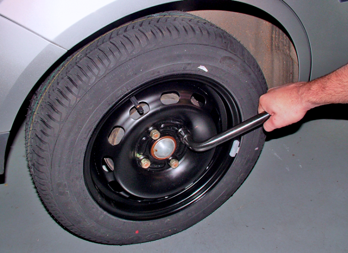 Lower the vehicle and tighten the nuts or bolts with the wheelbrace