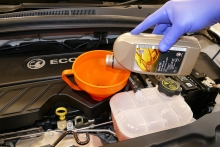 filling engine oil